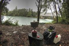 Repas sous la pluie en amont du seuil de Chancy Pougny